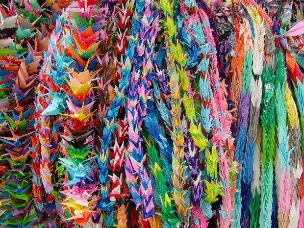 Разноцветные бумажные журавлики