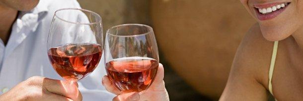 Бокалы вина в руках у женщины и мужчины