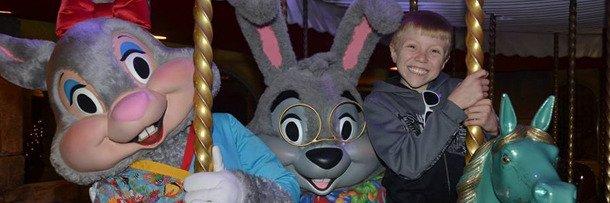 Счастливый мальчик с любимыми мультипликационными персонажами