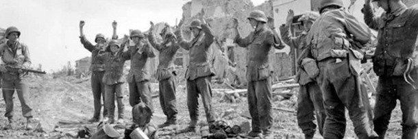 Солдаты сдаются в плен. Фото времён Второй мировой войны