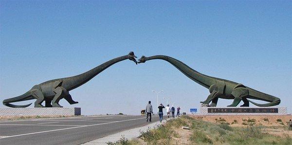 Статуи целующихся бронтозавров на границе между Монголией и Китаем