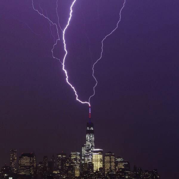 Восходящая молния, направленная от шпиля небоскрёба к небу