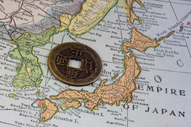 Японская монетка на карте мира рядом с Японией