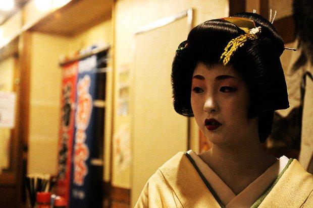 Японка с собранными и заколотыми волосами