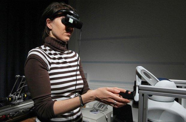 Женщина в очках виртуальной реальности