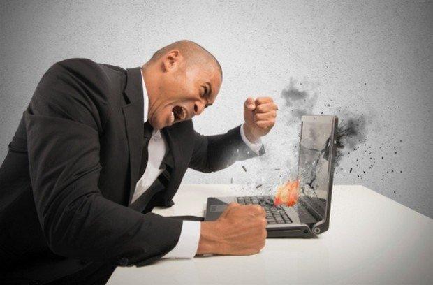 Злой мужчина за ноутбуком
