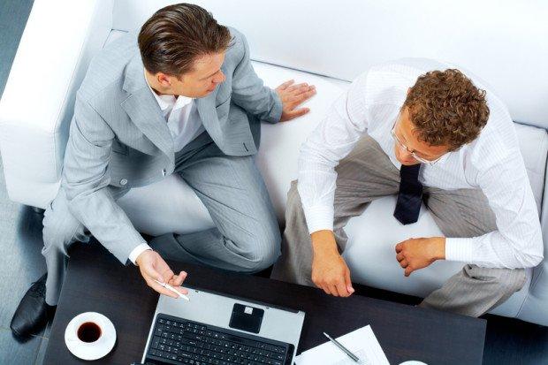 Два мужчины перед ноутбуком