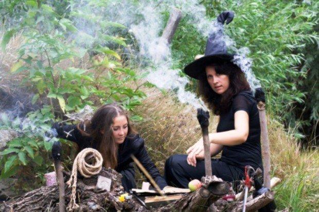 Две молодые ведьмы за ритуалом