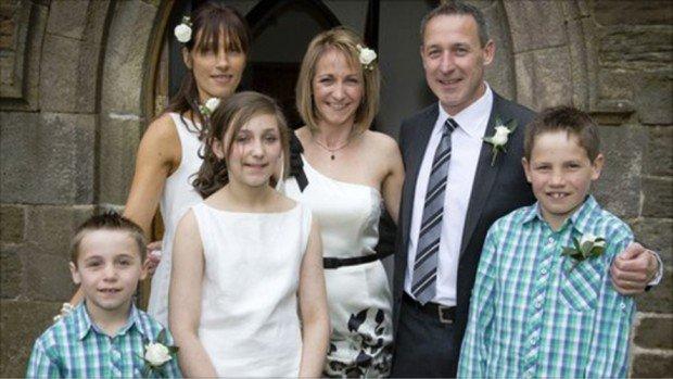 Кейт Аллат (посредине) и её семья
