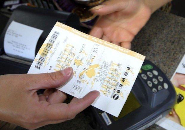 Лотерейный билет в руках