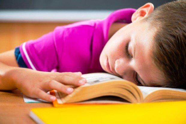 Мальчик уснул, читая книгу