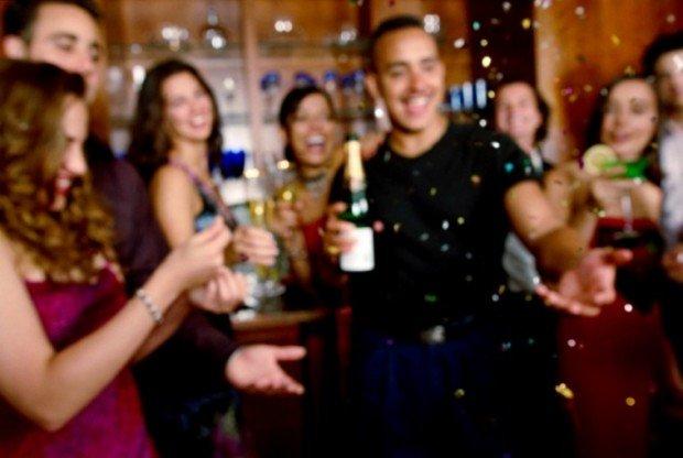 Молодые люди с выпивкой на вечеринке