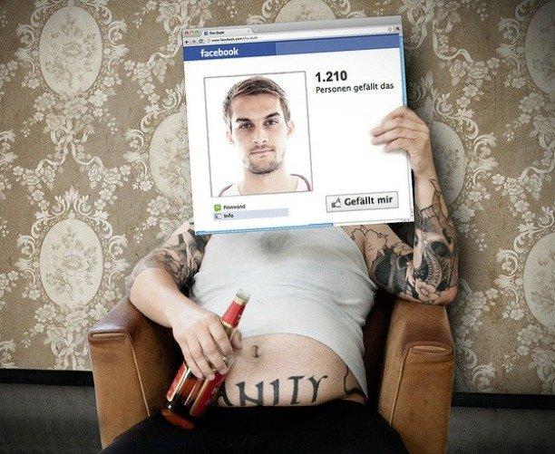 Мужчина с бутылкой пива и его Facebook-аккаунт