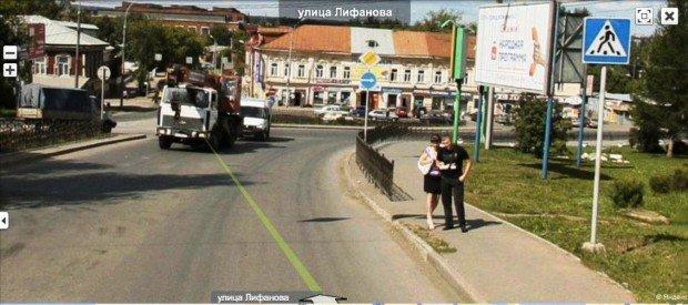 Парень гуляет с девушкой по улице Лифанова в Перми