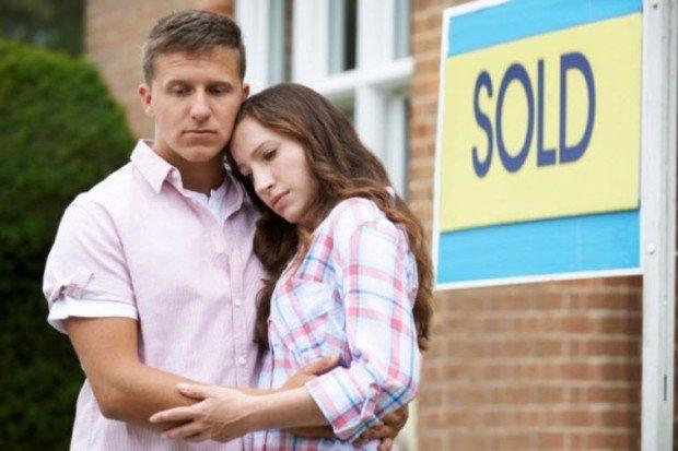 Парень и девушка на фоне таблички 'Продано'