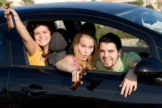 Парень и две девушки с пивом в машине