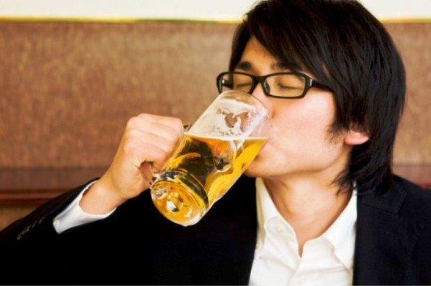 Парень пьёт пиво из бокала