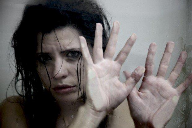 Плачущая девушка за стеклом