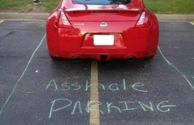 Припаркованный красный автомобиль