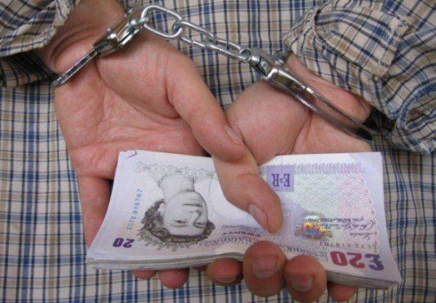 Руки в наручниках и фунты стерлингов