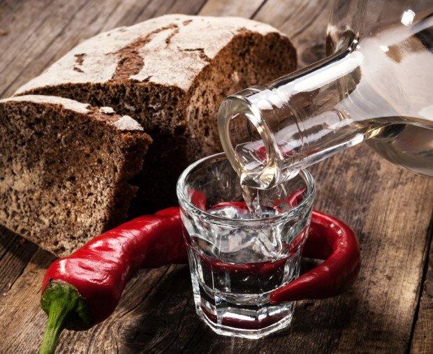 Рюмка водки, хлеб и красный перец