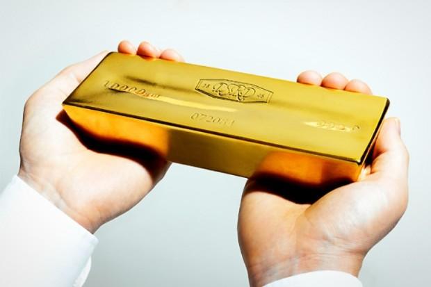 Слиток золота в руках