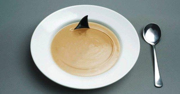 Тарелка супа-пюре с акульим плавником и ложка
