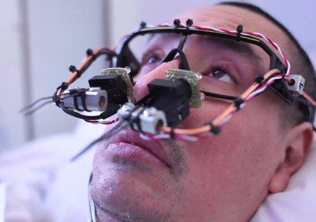 Тони Кван с устройством EyeWriter