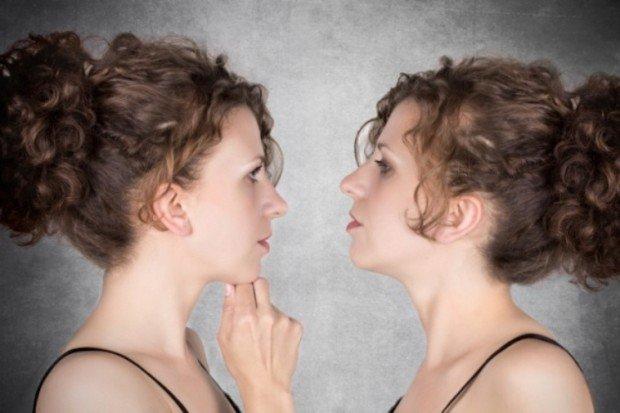 Женщины-близняшки лицом к лицу