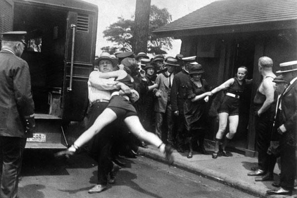 Женщину арестовывают за купальник
