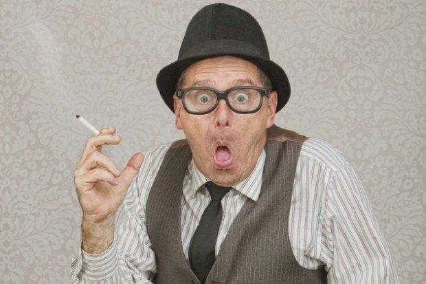 Пожилой мужчина с сигаретой