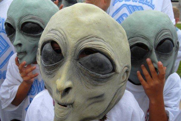 Люди в масках пришельцев