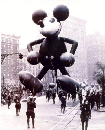 Микки на параде в виде шара