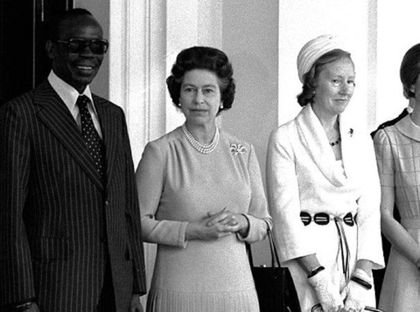 Сэр Серетсе Кхама и его супруга на встрече с королевой Елизаветой II