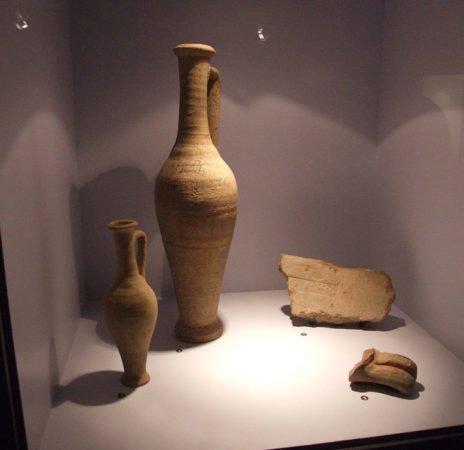 Кувшины с гарумом, найденные при раскопках Помпеи