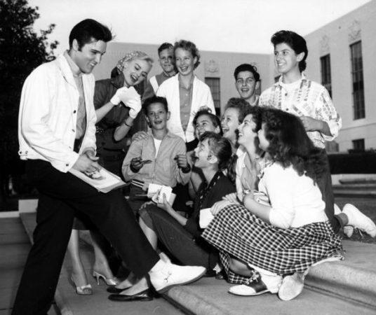 Элвис Пресли с поклонницами
