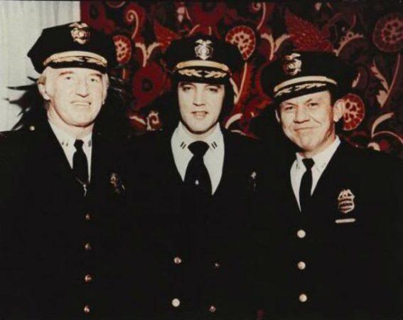 Элвис Пресли с полицейскими