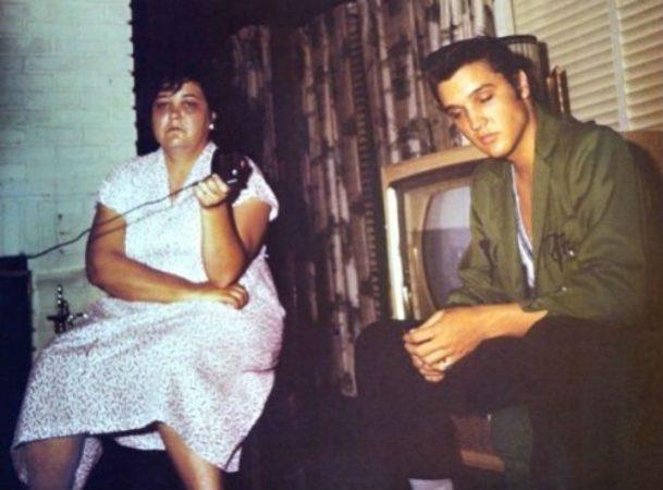 Элвис Пресли со своей матерью