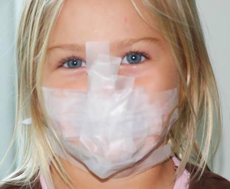 Девочка с заклеенным ртом