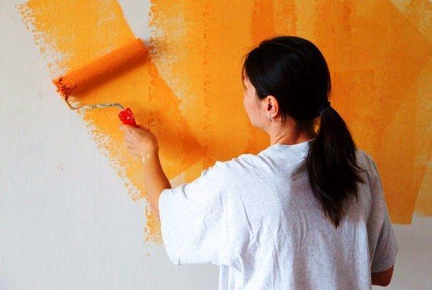 Девушка красит стены