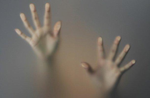 руки на стекле