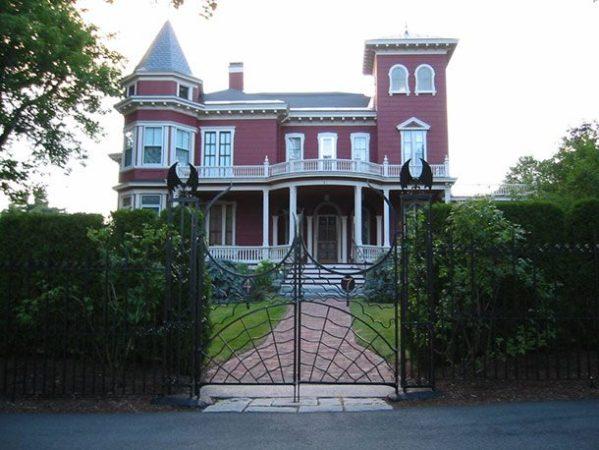 Дом Кинга выглядит зловеще