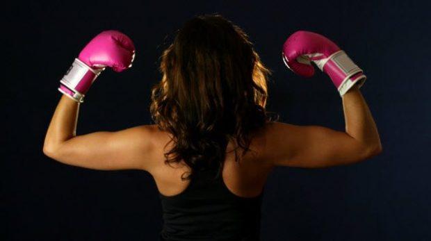 Девушка в боксёрских перчатках