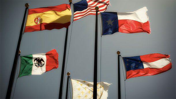 Флаги на здании Правительства Техаса