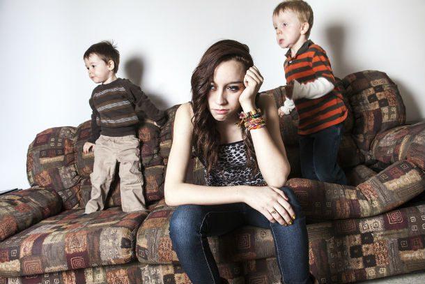 Девушка устала присматривать за детьми