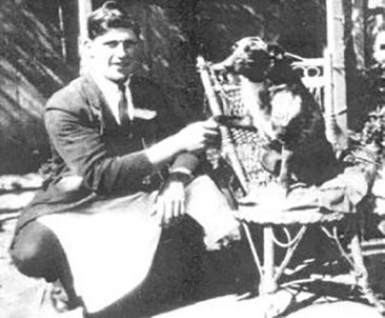 Человек и собака на старом фото