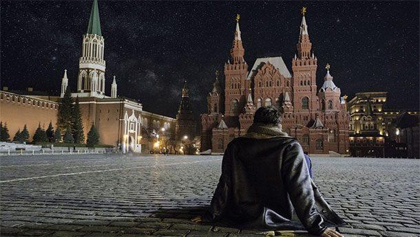 Мужчина сидит на красной площади