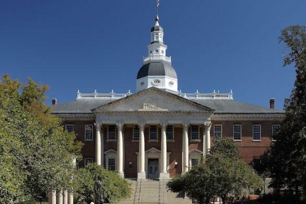В некоторых штатах США, атеистам запрещён доступ в государственные учреждения