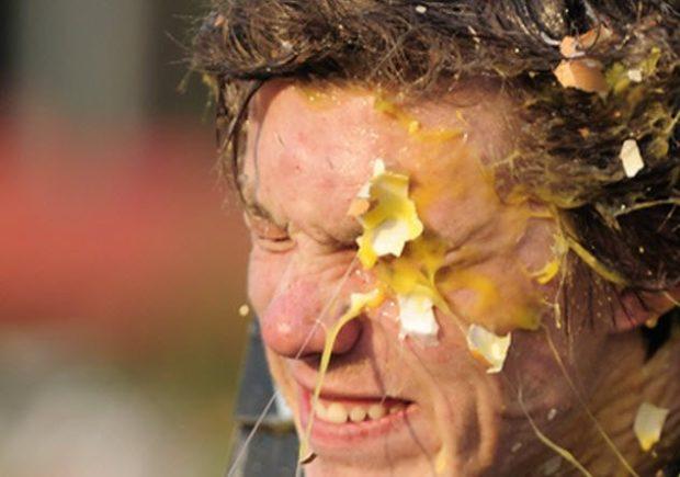 Разбитое яйцо на лице мужчины