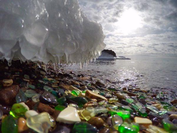 Стеклянный пляж на берегу Уссурийского залива